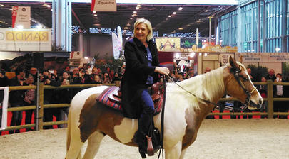 salon 2016 Marine Le Pen à cheval largeL